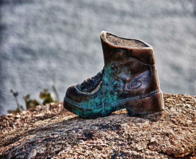 9f5acd289f9 Monumentos al calzado  La bota del peregrino en Finisterre